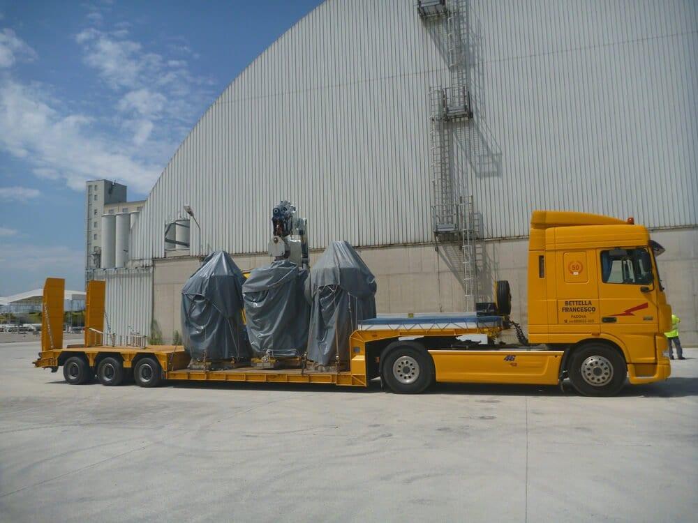 camion per trasporti con gru